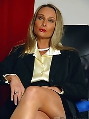 Smutty secretary MILF in sexy seamed pantyhose and high heels